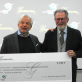 Xavier Gramona entrega el xec de la campanya al president de la Fundació